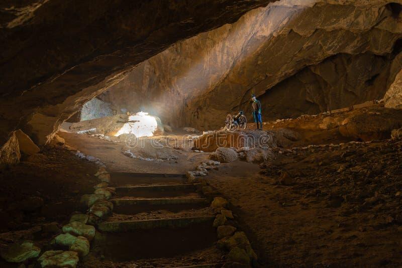 Eterans пещера расположена на левом береге Дунай в стене массива известняка вызвало конематку Ciucarul стоковое изображение rf