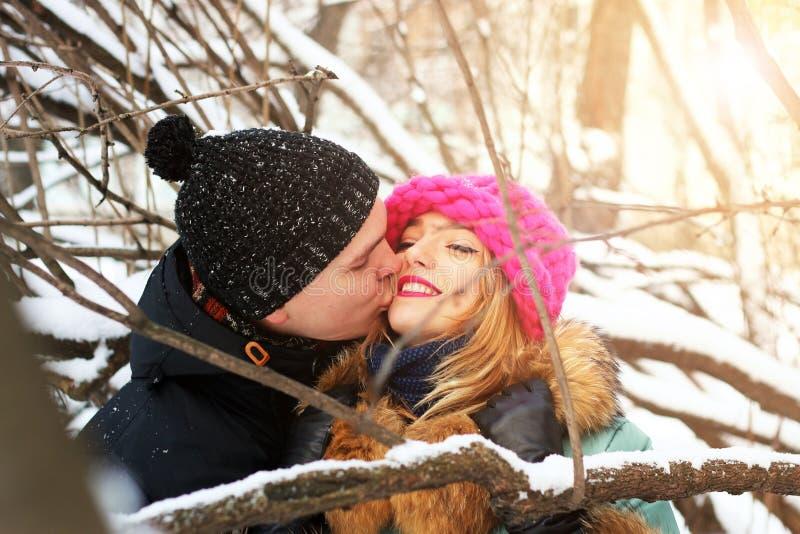 Eterosessuali ad una data nell'inverno fotografie stock
