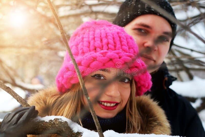 Eterosessuali ad una data nell'inverno fotografie stock libere da diritti