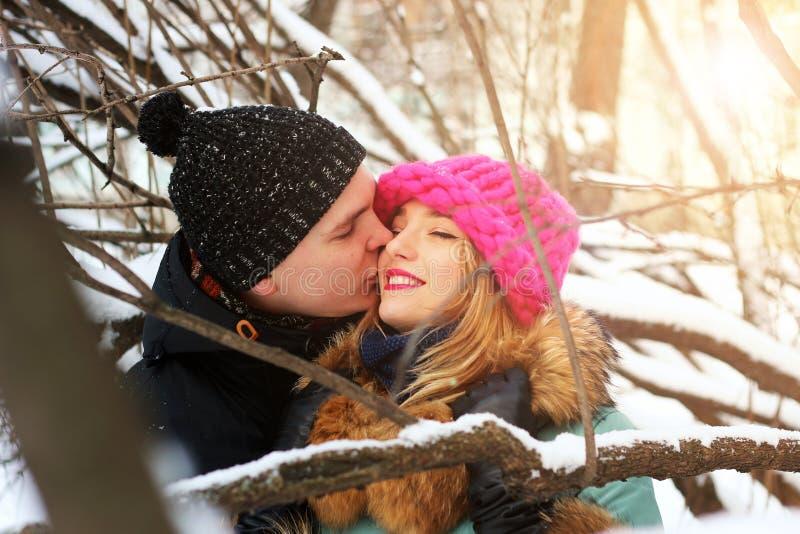 Eterosessuali ad una data nell'inverno fotografia stock