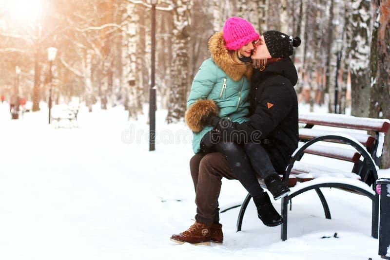 Eterosessuali dell'amante ad una data nell'inverno fotografia stock
