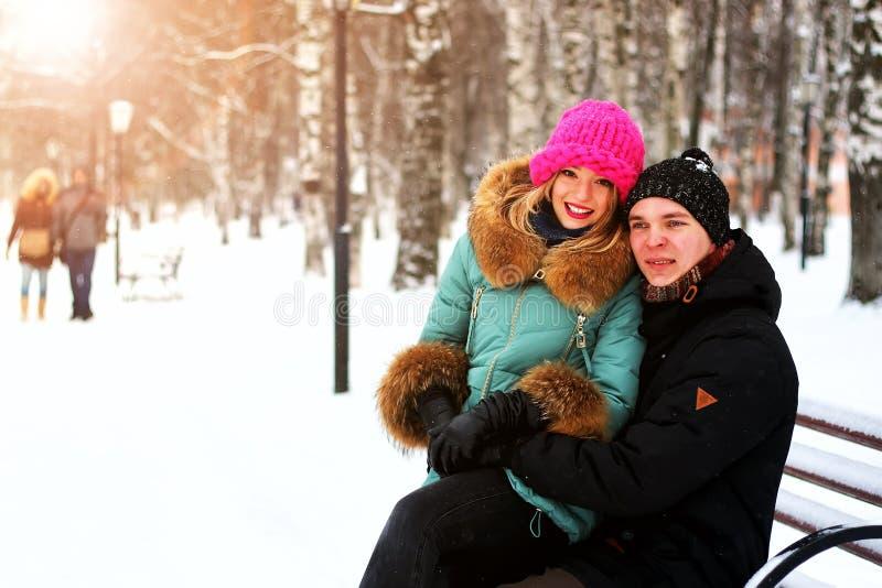Eterosessuali dell'amante ad una data nell'inverno fotografia stock libera da diritti