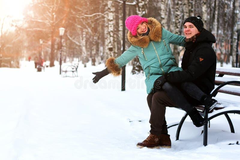 Eterosessuali dell'amante ad una data nell'inverno fotografie stock
