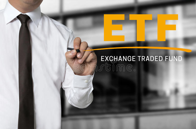 ETF è scritto dal concetto del fondo dell'uomo d'affari immagine stock