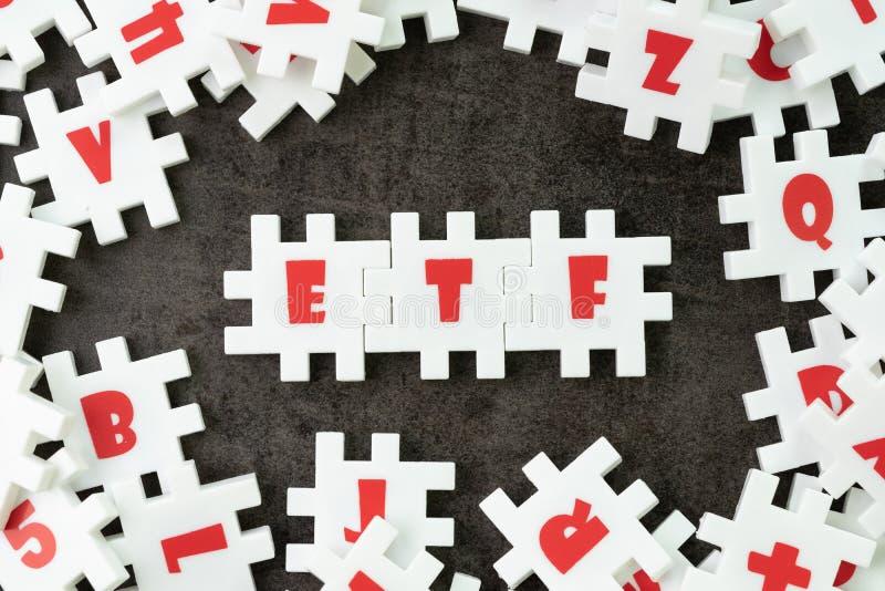 ETF, εμπορική ανταλλαγή έννοια Ταμείων, άσπρο τορνευτικό πριόνι γρίφων με το alph στοκ φωτογραφία