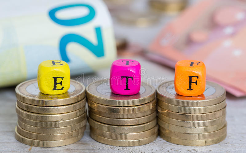 ETF-Buchstabewürfel auf Münzenkonzept lizenzfreie stockfotos