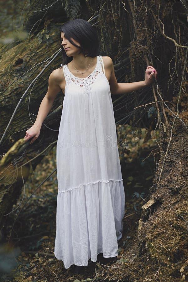 Ethereal νέα γυναίκα στο σκοτεινό δάσος στοκ φωτογραφίες με δικαίωμα ελεύθερης χρήσης