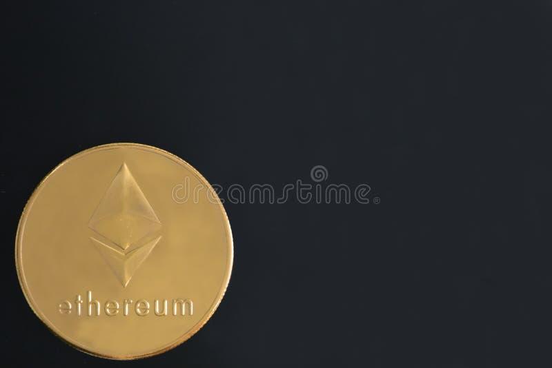 Ethereum在黑背景,文本的拷贝空间铸造 Cryptocurrency聪明的合同技术概念照片 库存图片