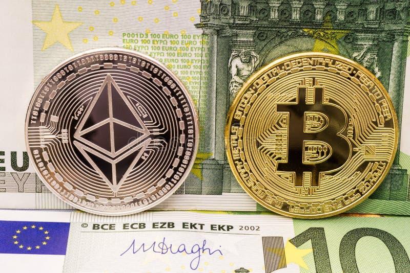 Ethereum и bitcoin чеканят на счетах денег евро стоковое фото