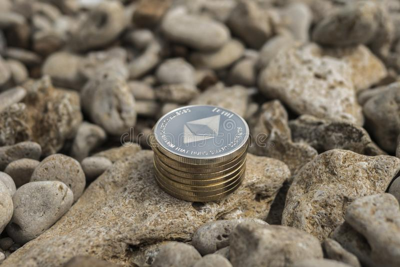 Ethereum cryptocurrency e货币 使海岸塞浦路斯地中海沙子石头夏天海浪靠岸 海石头 免版税库存图片