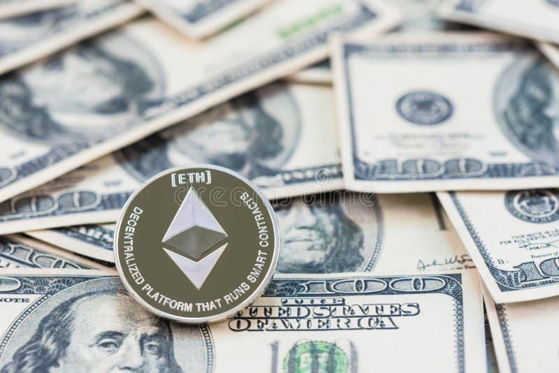 Ethereum de prata em cem cédulas do dólar Conceito da mineração, conceito da troca de dinheiro eletrônico, foto de stock royalty free