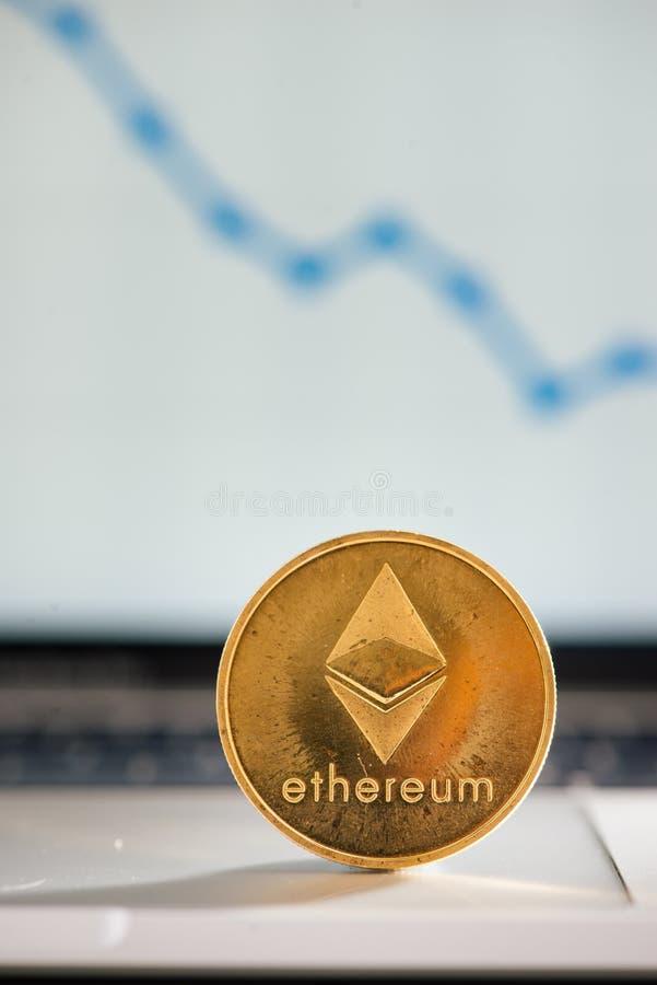 Ethereum dorato sulla tastiera del taccuino con l'aumento del grafico immagini stock libere da diritti