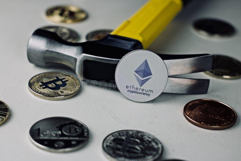 Ethereum młot i moneta obraz stock