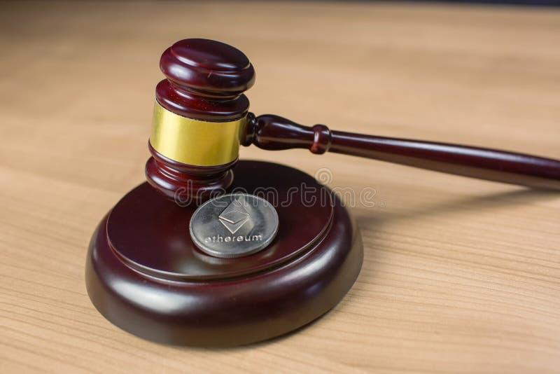 Ethereum m?oteczek na biurku i moneta zdjęcie royalty free