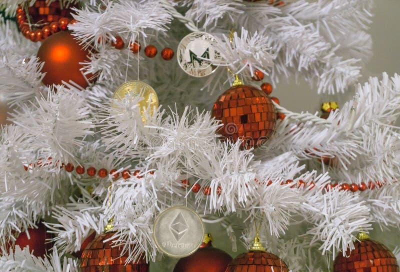 Ethereum, Monero, Bitcoin och jul, silverethereum för nytt år Cryptocurrency Ethereum på en julgran arkivbild