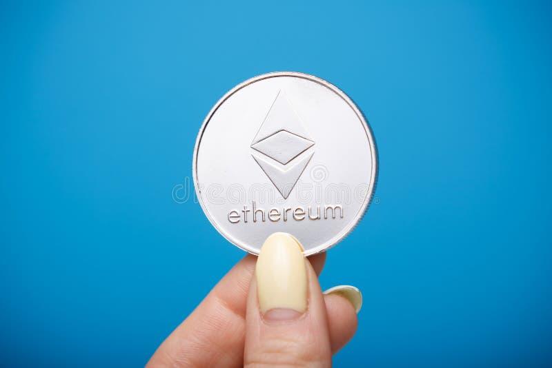 Ethereum moneta w palcach zdjęcia stock