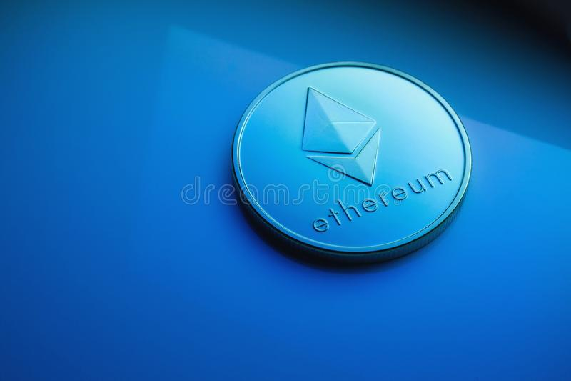 Ethereum moneta z błękitnym odcieniem obrazy royalty free