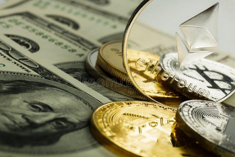 Ethereum moneta z innym cryptocurrency na dolarowych notatkach fotografia royalty free