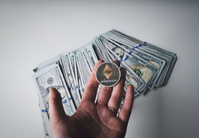 Ethereum op stapel van Amerikaanse dollarrekeningen stock fotografie