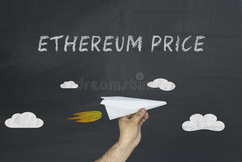 Ethereum ręka z papierowym samolotem i cena zdjęcia stock