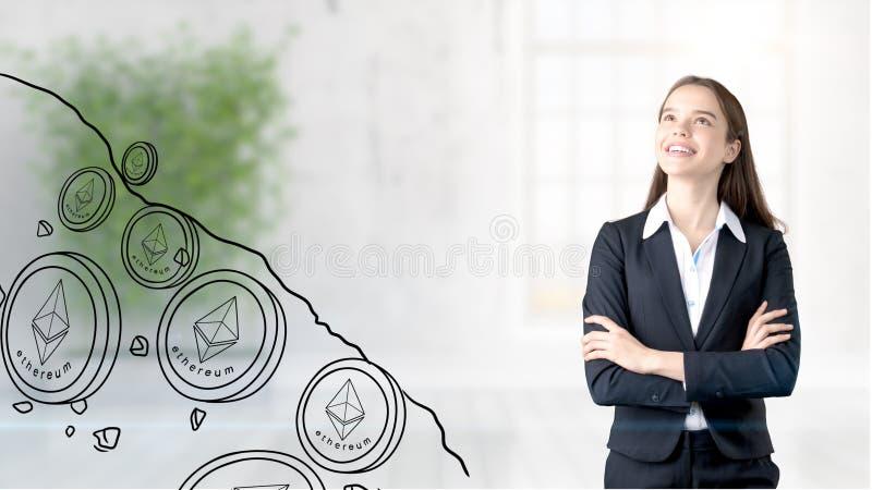 Ethereum skissar med den unga affärskvinnan i en dräkt med den longhair och nätta fundersamma framsidan Criptocurrency begrepp royaltyfri bild