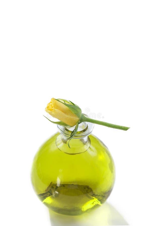 Etherische oliënflessen met verse gele rozen bij de hoogste, Botanische aromatherapy behandeling royalty-vrije stock afbeelding