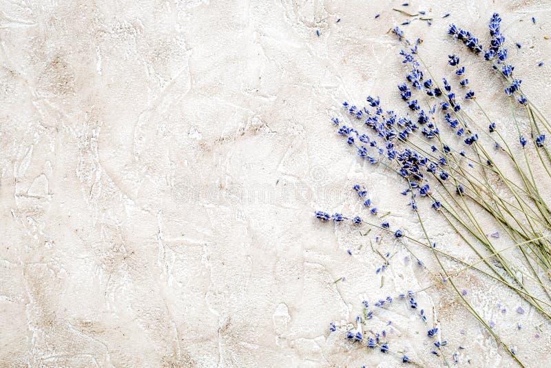 Etherische olie en lavendelzout met bloemen hoogste mening royalty-vrije stock fotografie