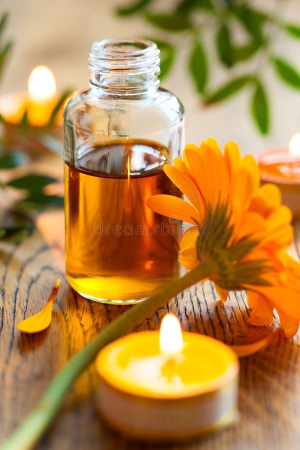 Etherische olie, kaarsen en bloemen royalty-vrije stock fotografie