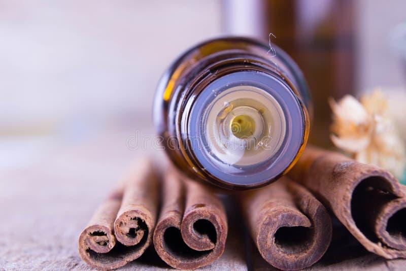 Etherische olie met kaneel royalty-vrije stock foto
