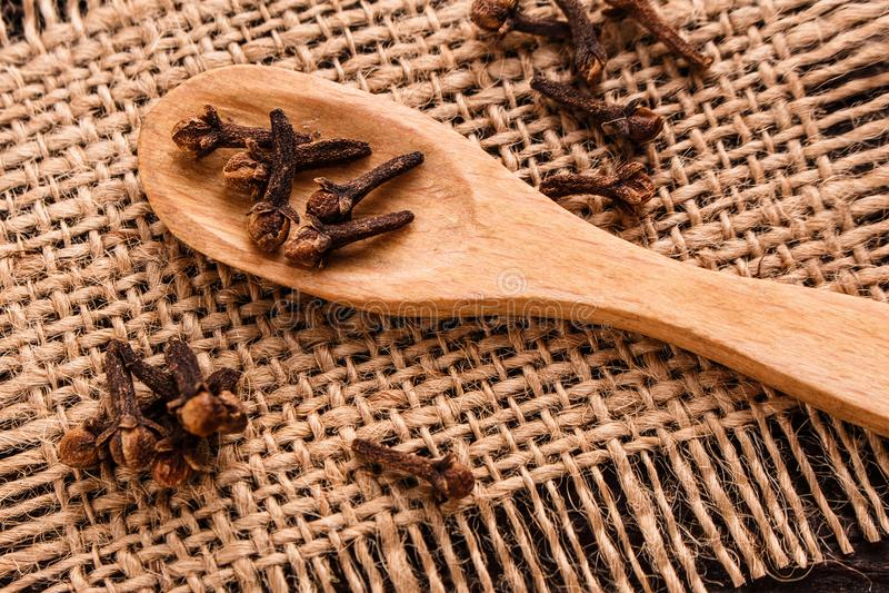 Etherische olie van kruidnagels op een houten rustieke achtergrond stock afbeeldingen