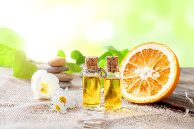 Etherische olie van mandarin op een houten lijst stock foto's