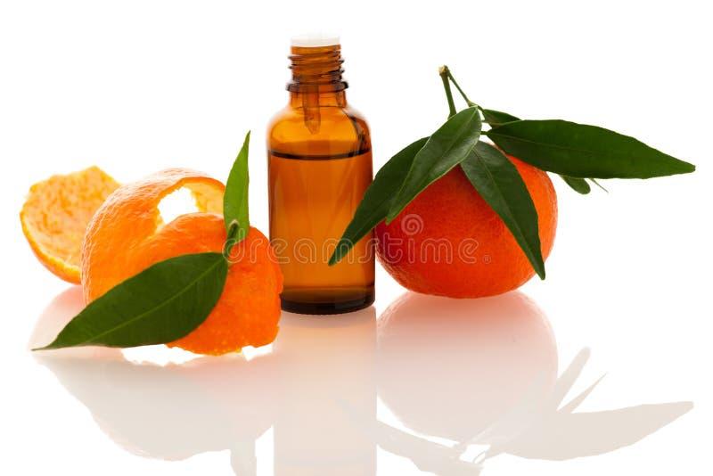 Etherische olie van oranje mandarin citrusvruchten in weinig fles D stock afbeeldingen