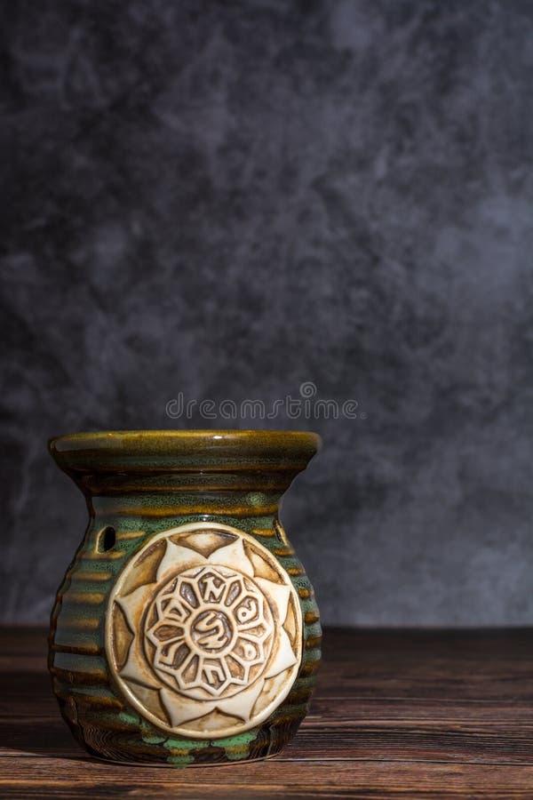 Etherische oliebrander op een grijze steenachtergrond royalty-vrije stock foto