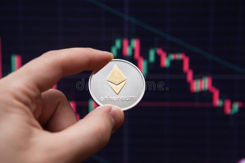 Etherium cripto da moeda moeda do ethereum em cartas da troca etherium da e-moeda no fundo da programação imagem de stock
