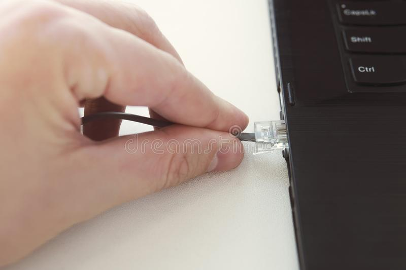 Ethernet-Kabelsteckerverbindungsstück auf Computer stockfoto
