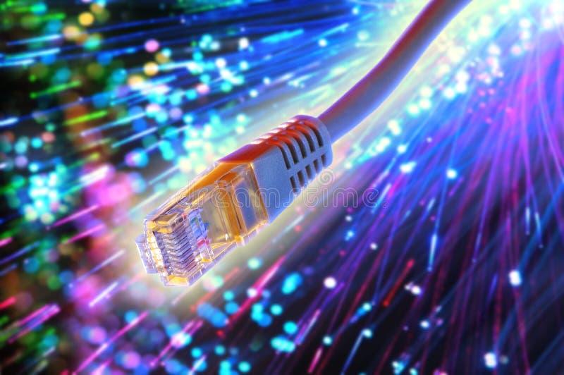 Ethernetkabel met vezel optische achtergrond stock fotografie