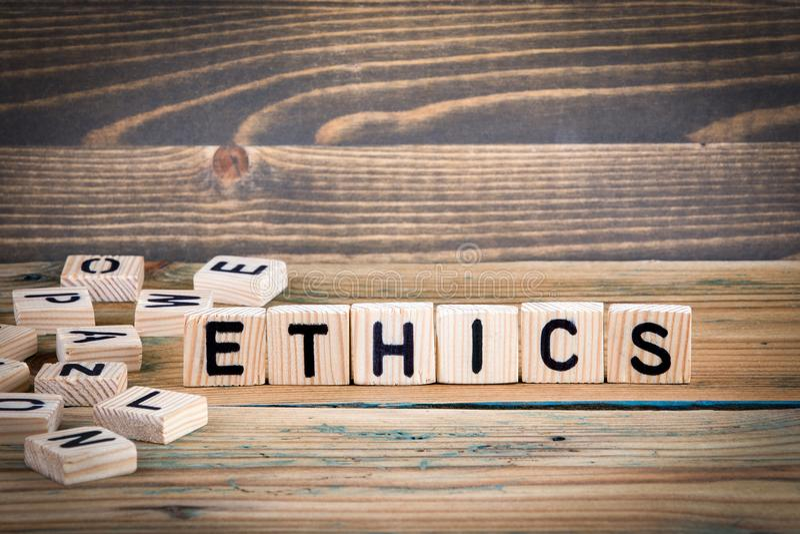 ethics Letras de madera en el fondo del escritorio de oficina, informativo y de la comunicación imagenes de archivo