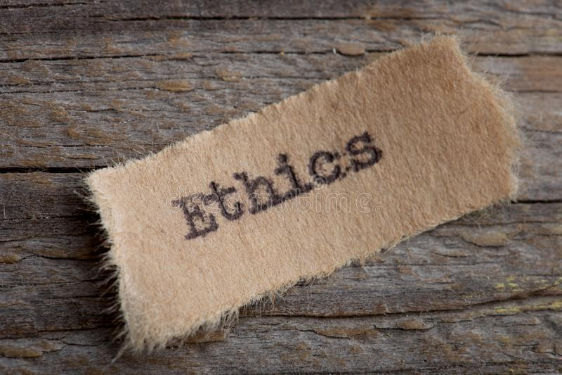 Ethikwort auf einem Blatt Papier Abschluss oben, kreatives Motivationskonzept des Geschäfts lizenzfreies stockfoto