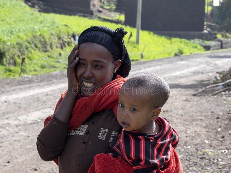 ETHIOPIË, 30 APRIL 2019, Moeder met baby in haar wapens, 30 April 2019, Ethiopië royalty-vrije stock afbeelding