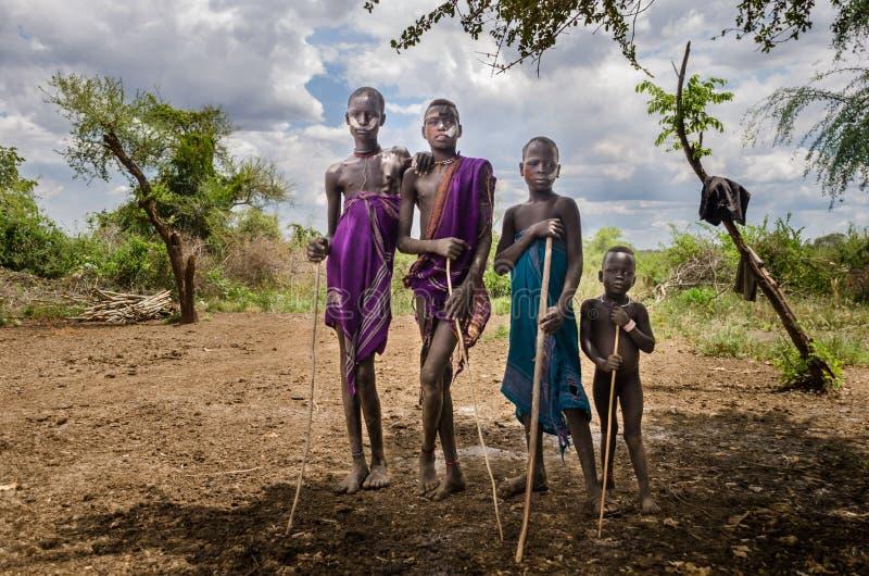 Ethiopië, Omo-Vallei, Groep jongens van Mursi-Stam stock afbeelding