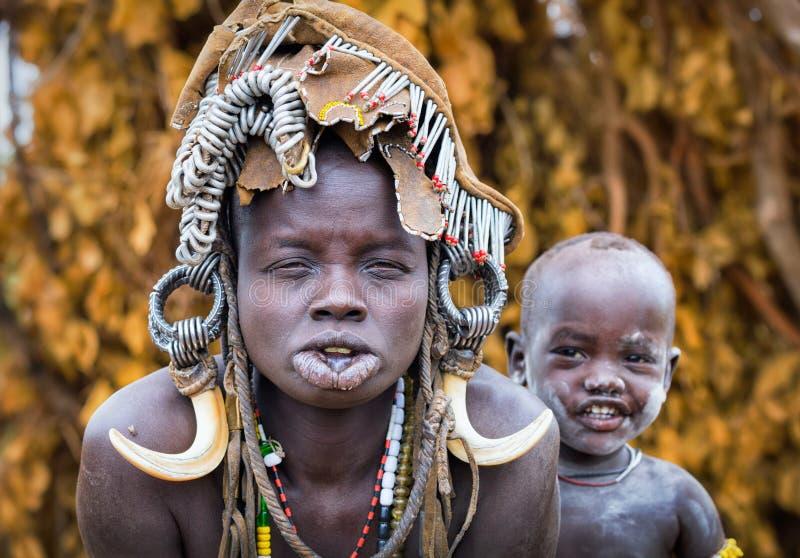 Ethiopië, Omo-vallei 18 09 2013, Leuke baby met motherEthiopia, royalty-vrije stock afbeelding