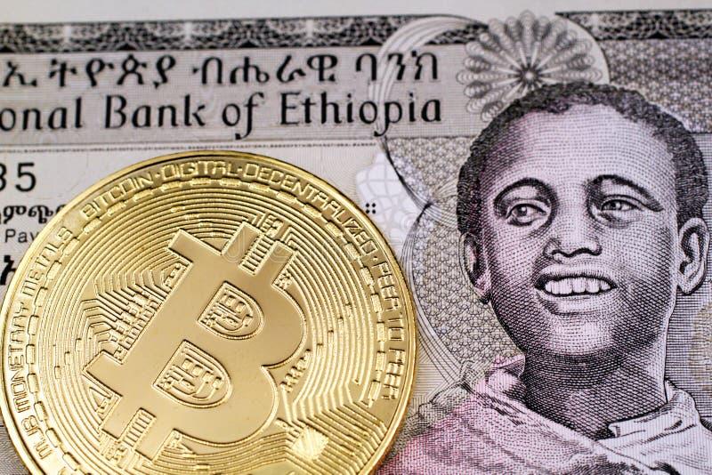 Ethiopische birrbankbiljet met gouden, fysieke dichte omhooggaand van Bitcoin royalty-vrije stock foto