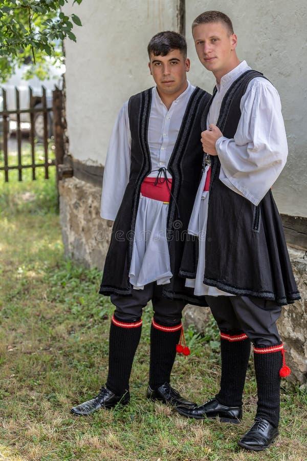 Ethnics Macedo-rumano de dos juventudes de Banat, en lechuga romana tradicional fotografía de archivo libre de regalías