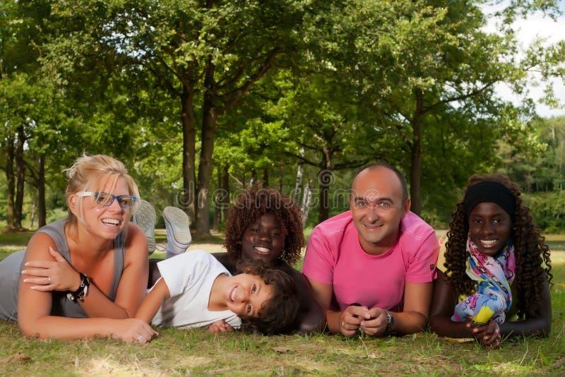 Ethnische Familie auf dem Gras stockbild