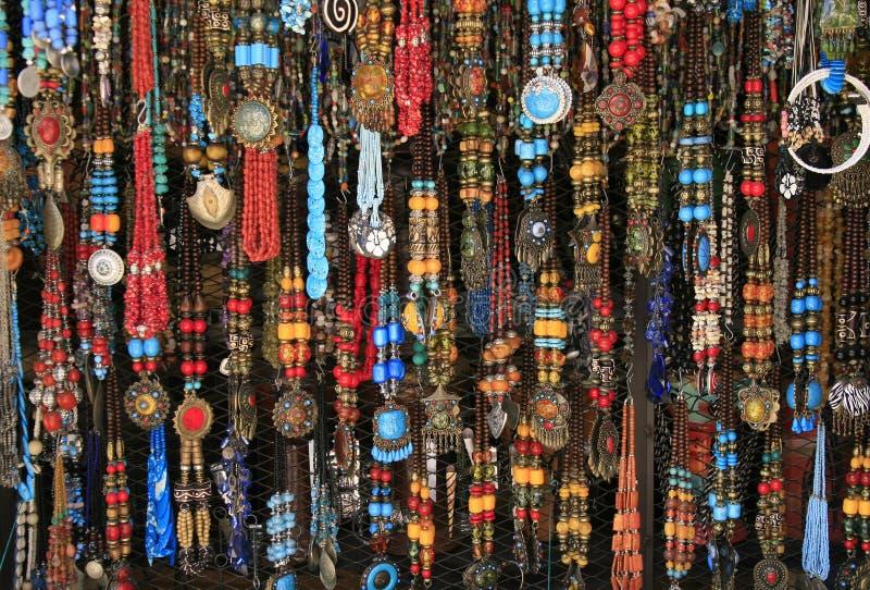 Ethnische Halsketten am Dorfmarkt, Marokko lizenzfreies stockfoto
