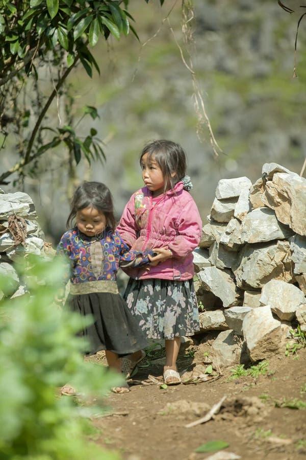 Ethnische Minderheit zwei Schwestern, an altem Dong Van-Markt stockfotografie