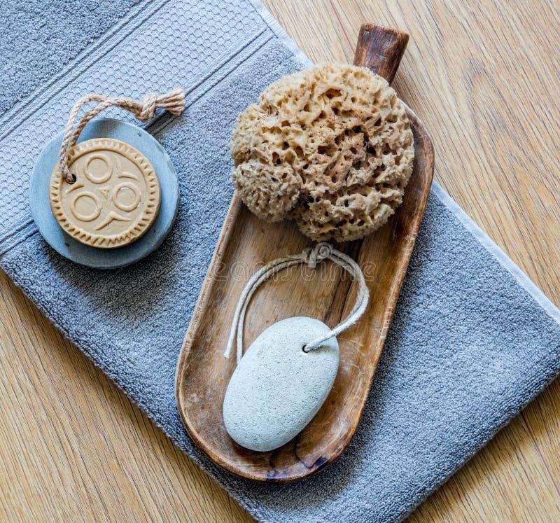 Ethnische Seife und Naturschwamm für echte gesunde Körperpflege lizenzfreie stockfotos