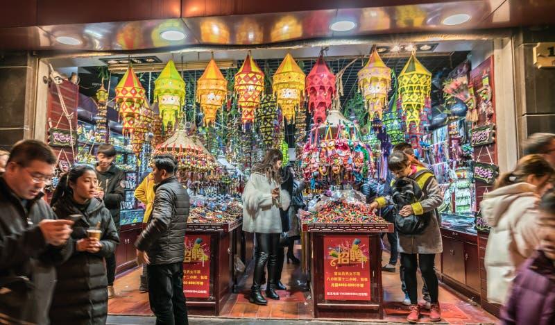 Ethnischer Kunst- und Handwerksshop Shanghais nachts stockbilder