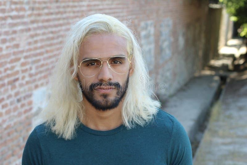 Gut Aussehender Mann Mit Dem Langem Haar Und Bart Er Wirft Vor