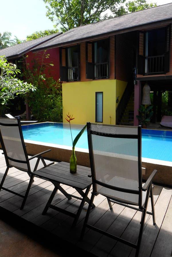 Ethnisches asiatisches Haus mit Swimmingpool lizenzfreie stockfotografie